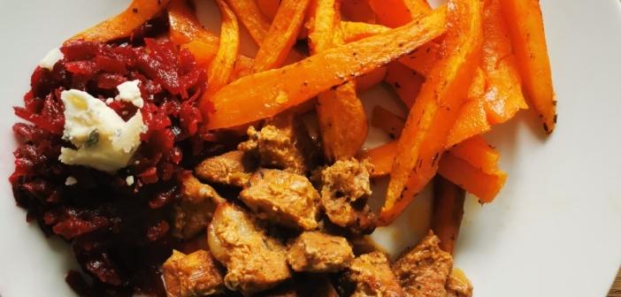 Frytki z batatów, orientalna karkówka, buraczki z serem blue